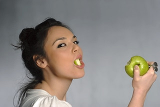 Woman eating an apple with straightened teeth